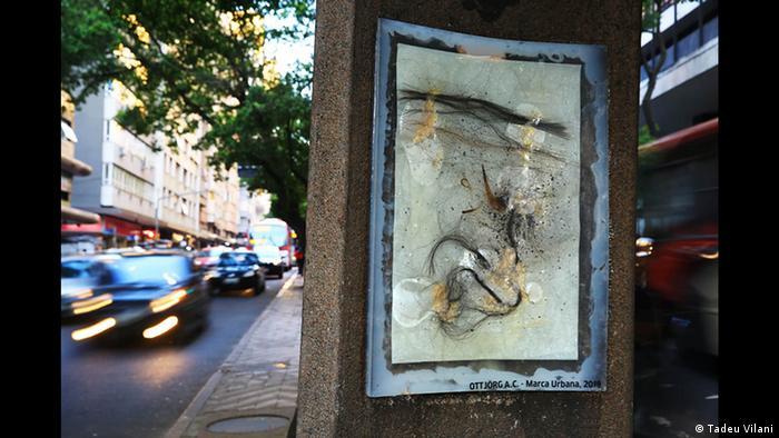 Weiße Grießharzplatte mit schwingenden bräunlichen Streifen im öffentlichen Raum