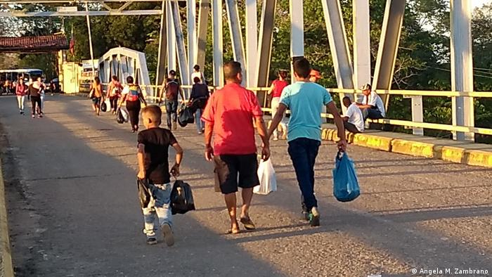 Desplazados, migrantes y refugiados venezolanos cruzan el Puente Internacional José Antonio Páez hacia Arauca, Colombia