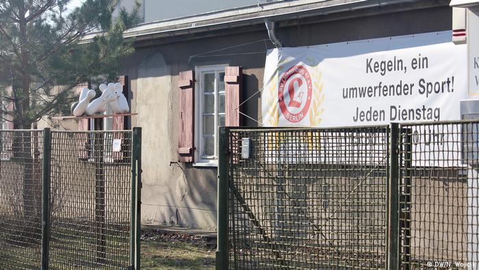Eingezäunte Baracke des Kegelvereins Zur Völkerfreundschaft mit Schriftzug Kegeln, ein umwerfender Sport! (Foto: DW/N. Wojcik)