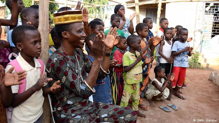 Benin, Abomey-Calavi - Fidèle Anato will in seinem Dorf der Märchen Benins alte Tradition erhalten