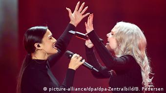 ESC-Vorentscheid Unser Lied für Israel Laurita (li) und Carlotta stehen einander singend gegenüber