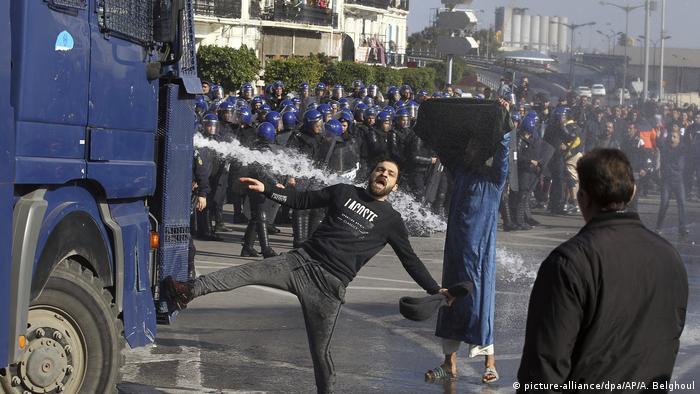 Algerien   Tausende protestieren gegen fünfte Amtszeit von Präsident Bouteflika