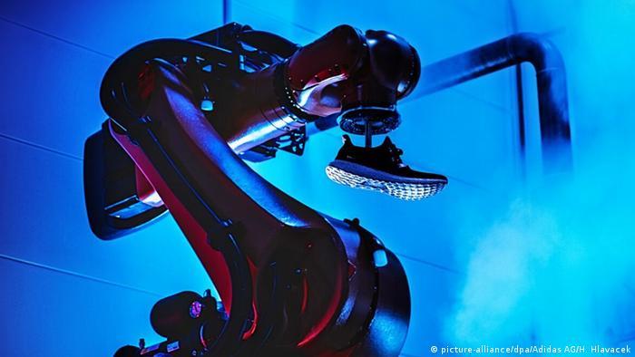 Виробничий робот на заводі Adidas в німецькому Ансбаху з готовою кросівкою