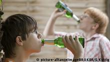 Zwei minderjährige Jungen trinken Bier, gestellte Szene