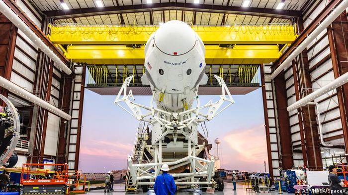 Підготовка ракети-носія Falcon 9 із новою капсулою Crew Dragon