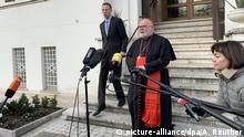 21.02.2019, Italien, Rom: Kardinal Reinhard Marx (M) verlässt die Residenz der Deutschen Bischofskonferenz, um ein Pressestatement zu geben. Der Kardinal nimmt am ersten Gipfeltreffen im Vatikan zum Thema Missbrauch in der katholischen Kirche teil. Foto: Annette Reuther/dpa +++ dpa-Bildfunk +++ |