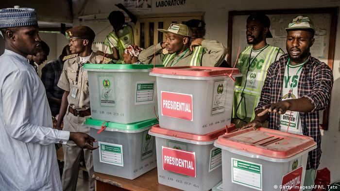 Nigeria Präsidentschaftswahlen Schlange vor Wahllokal
