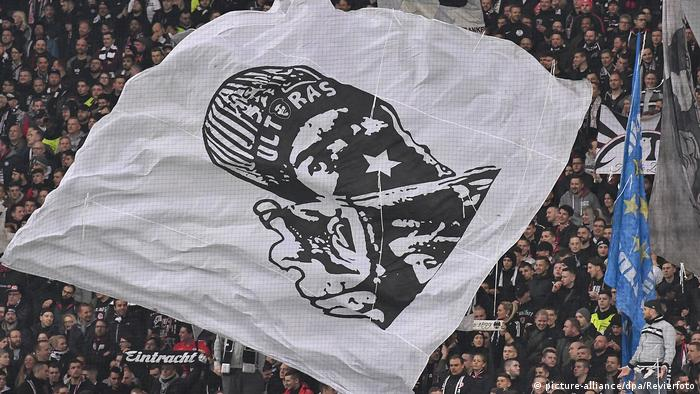 Eintracht Frankfurt fans fly a banner in their Europa League match on Thursday (picture-alliance/dpa/Revierfoto)