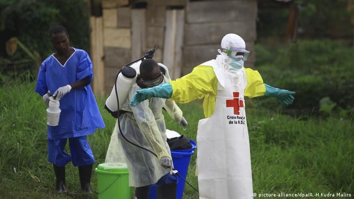 Ebola disinfection spray of aid worker (picture-alliance/dpa/A.-H.Kudra Maliro)