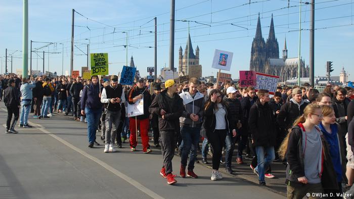 İnternet özgürlüğünün korunmasını isteyenler yeni düzenlemelere karşı çıkıyor (Köln'deki protestodan)