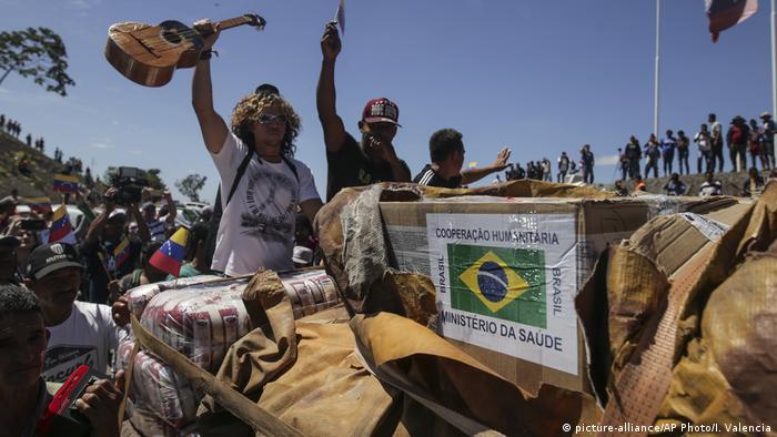 Венесуельці зустрічають вантажі з гуманітарною допомогою з Бразилії
