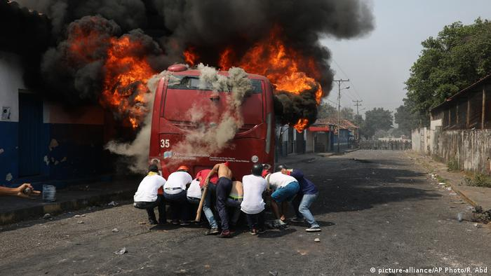 Veículos incendiados na fronteira entre Colômbia e Venezuela
