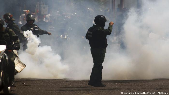 Венесуельсбкі силовики застосували проти людей на кордоні з Колумбією сльозогінний газ та гумові кулі