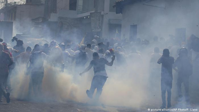 Protesters clash with police in Urena