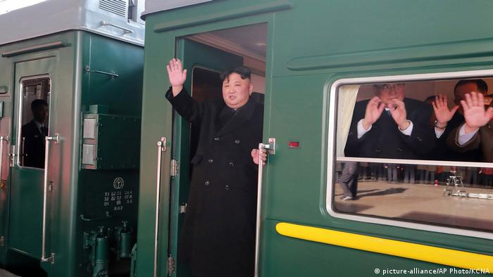 Nordkorea Abfahrt Kim Jong Un nach Vietnam (picture-alliance/AP Photo/KCNA)