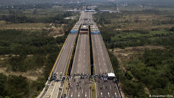 Перекрытый мост между Венесуэлой и Колумбией