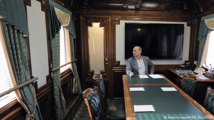 Russland Putin in Präsidentenwagon (Getty Images/AFP/A. Druzhinin)