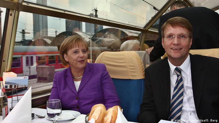 Merkel und Pofalla im Panoramawagen des Rheingoldexpress (picture-alliance/dpa/O. Berg)
