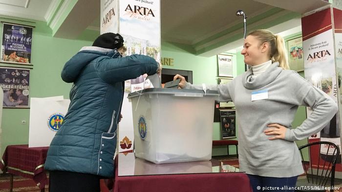 Voting in Chisinau
