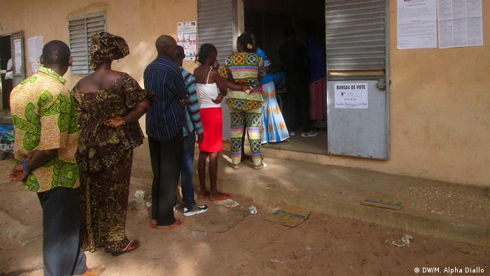Voters in the south of Senegal line up to cast their ballots