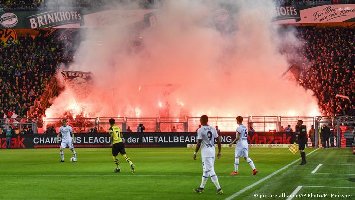Sinalizadores nas arquibancadas do Bayer Leverkusen, em partida contra o Dortmund
