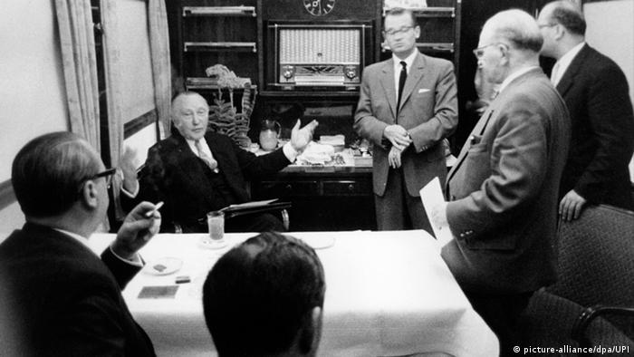 Adenauer reist 1957 im Wahlkampfzug (picture-alliance/dpa/UPI)