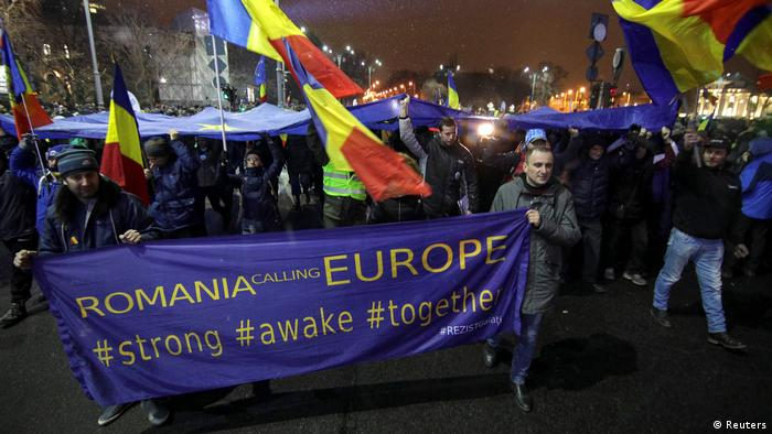 Rumänien - Demonstranten tragen ein Banner während einer Demonstration gegen Justizänderungen in Bukarest