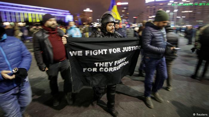 Wir kämpfen für Gerechtigkeit. Sie kämpfen für Korruption, steht auf einem Transparent