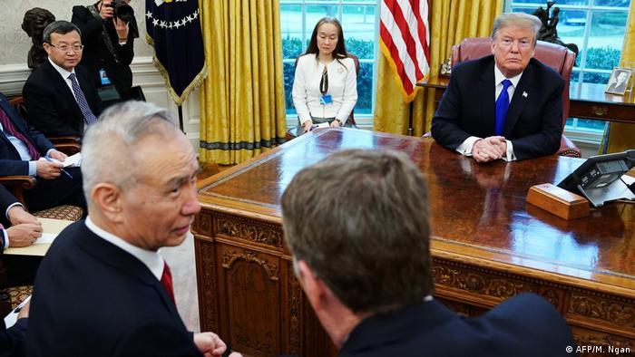 USA Präsident Donald Trump mit US-Handelsbeauftragter Robert Lighthizer und Chinas Vize-Premier Liu He (AFP/M. Ngan)