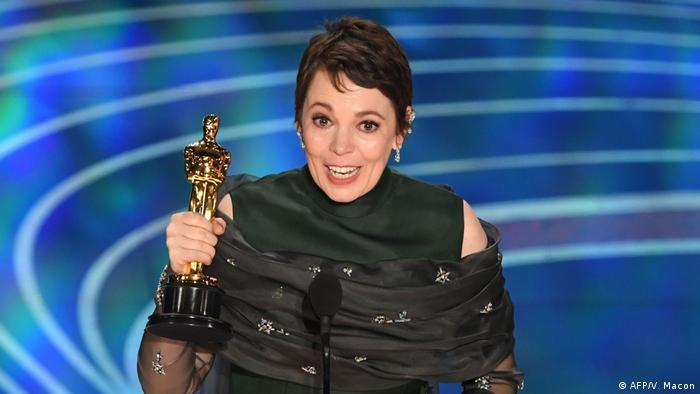 Olivia Colman with trophy (AFP/V. Macon)