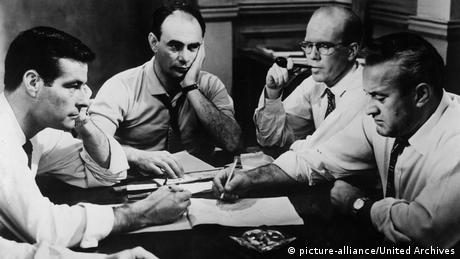 Filmstill Die zwölf Geschworenen - Szene vier weißen Geschworenen an einem Tisch, sich Notizen machend (picture-alliance/United Archives)