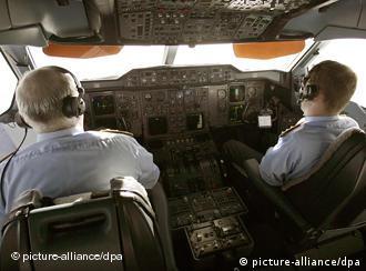 Перевтома в пілотів, так само як і стюардес, небезпечна.