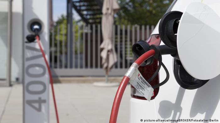 Deutschland Wolfsburg Elektroanschluss zum Aufladen eines Elektroautos