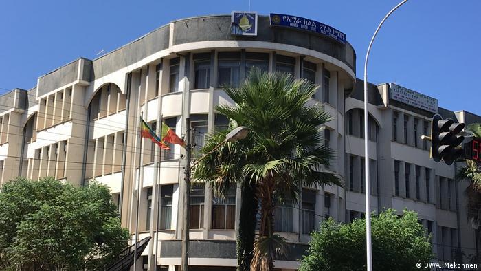 Amhara Polizeikommissar Zelalem Lijalem und Polizeistation (DW/A. Mekonnen)