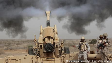 DW Exclusive Deutsche Waffen in Jemen SPERRFRIST 26.02.2019 20 Uhr saudische Soldaten an der Grenze zu Jemen (picture-alliance/AP Photo/ H. Jamali)