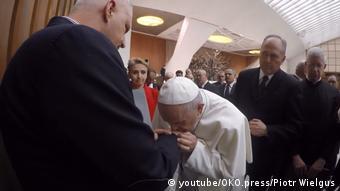 Ο Πάπας Φραγκίσκος φιλάει το χέρι του Μάρεκ Λιζίνσκι