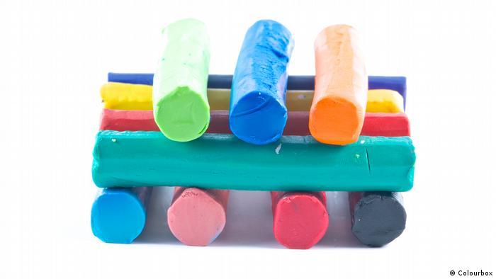 Foto von gestapelter Kinderknete. (Colourbox)