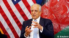 Der US-Sondergesandte für den Frieden in Afghanistan, Zalmay Khalilzad, spricht während einer Diskussionsrunde mit afghanischen Medien an der US-amerikanischen Botschaft in Kabul, Afghanistan