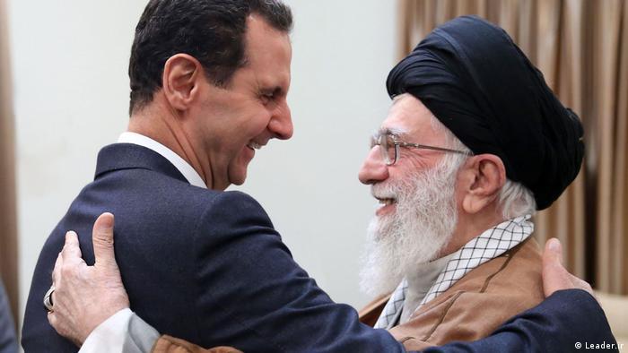 ایرانی سپریم لیڈر علی خامنہ ای، دائیں، شامی صدر بشارالاسد سے گلے ملتے ہوئے