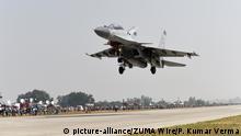 Indien Unnao Kampfflugzeug SU-30 MKI landet bei einer Militärübung (picture-alliance/ZUMA Wire/P. Kumar Verma)