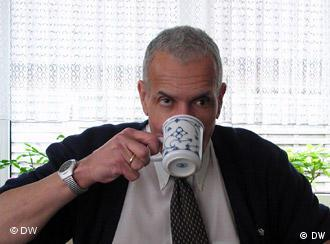Marron Fort trinkt Tee
