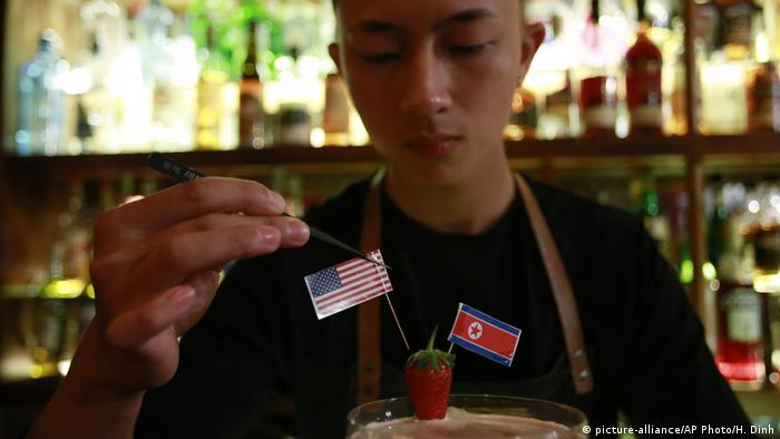 A Rock It, Man Cocktail at a bar in Hanoi (picture-alliance/AP Photo/H. Dinh)