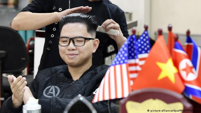 A man gets his hair styled like Kim Jong Un's hair (picture-alliance/dpa/MAXPPP/Kyodo)