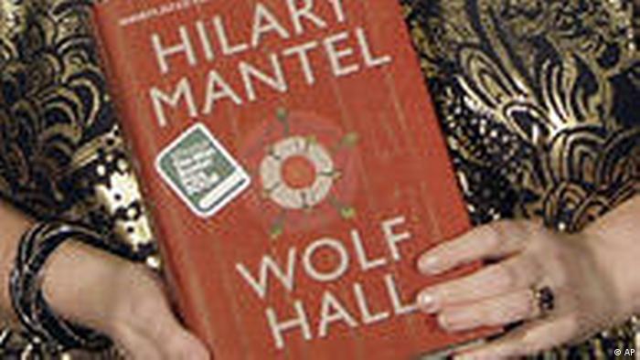 Hilary Mantel muestra su libro Wolf Hall (En la corte del lobo).)