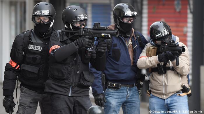 Frankreich Nantes - Bereitschaftspolizei ziehlen auf Demonstranten mit Gummigeschossen