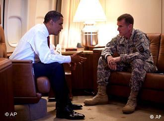 ژنرال استنلی مک کریستال فرمانده نیروهای ناتو در افغانستان در گفتگو با باراک اوباما رئیس جمهور آمریکا
