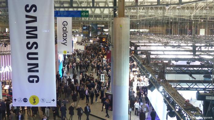 Das Bild zeigt eine der riesigen Ausstellungshallen der Messe in Barcelona