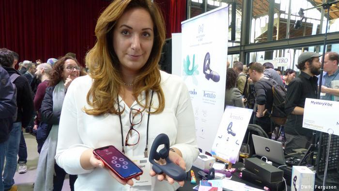 Eine Vertreterin der Firma Mystery Vibe aus London erläutert die Funktionsweise eines Produkts - ein tragbarer Vibrator für Männer