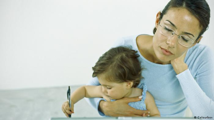 Mãe sonolenta segura criança