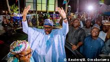 Nigeria, Abuja: Präsident Muhammadu Buhari begrüßt seine Unterstützer